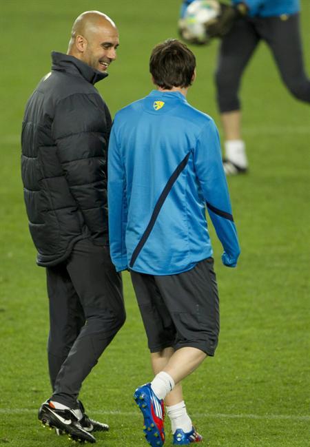 El DT del FC Barcelona Pep Guardiola (i) charla animadamente con el delantero argentino Leo Messi. Foto: EFE