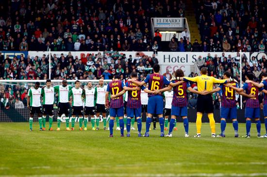 Los jugadores del FC Barcelona y del Racing de Santander guardan un minuto de silencio. Foto: EFE