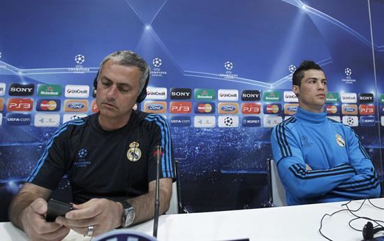 El técnico portugués Jose Mourinho (i) y su compatriota el delantero Cristiano Ronaldo. Foto: EFE