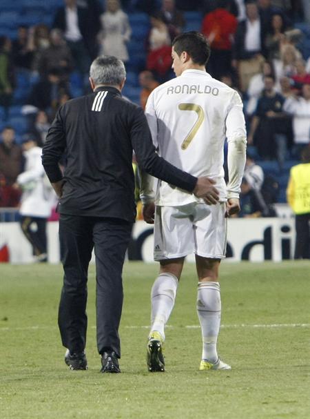 El entrenador portugués del Real Madrid, José Mourinho (i), junto a su compatriota Cristiano Ronaldo. Foto: EFE