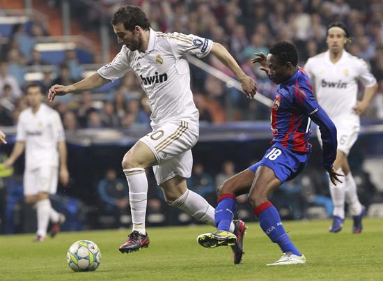 El delantero argentino del Real Madrid, Gonzalo Higuaín (i) pelea un balón con el centrocampista nigeriano del CSKA de Moscú. Foto: EFE