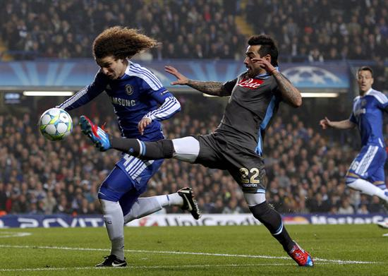 David Luiz del Chelsea (i) se disputa el control del balón con Ezequiel Lavezzi de SSC Napoli. Foto: EFE