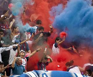 Hinchas de San Lorenzo arremeten contra los automóviles de los jugadores