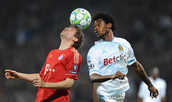 El jugador del Bayer, Thomas Mueller (i), disputa el balón con Nicolas N'Koulou (d) del Olympique. Foto: EFE