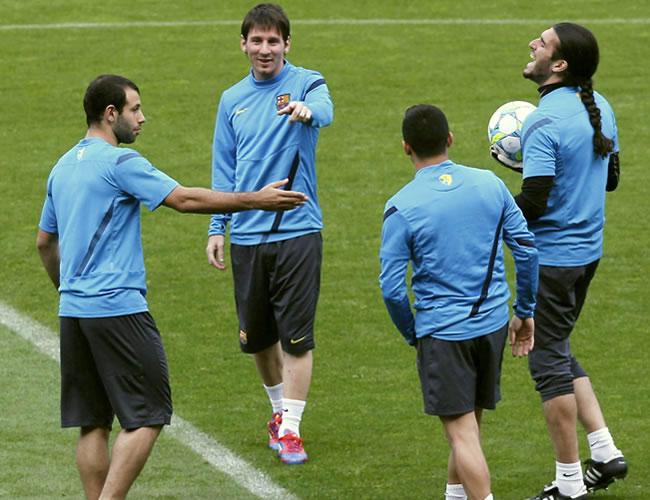 Los jugadores del FC Barcelona Javier Macherano (i), Leo Messi (2i), Alexis (2d) y el portero Jose Manuel Pinto (d), durante el entrenamiento. Foto: EFE