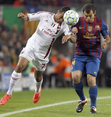 """El delantero brasileño del Milán Robson de Souza """"Robinho"""" (i) intenta superar al centrocampista argentino del Barcelona Javier Mascherano. Foto: EFE"""