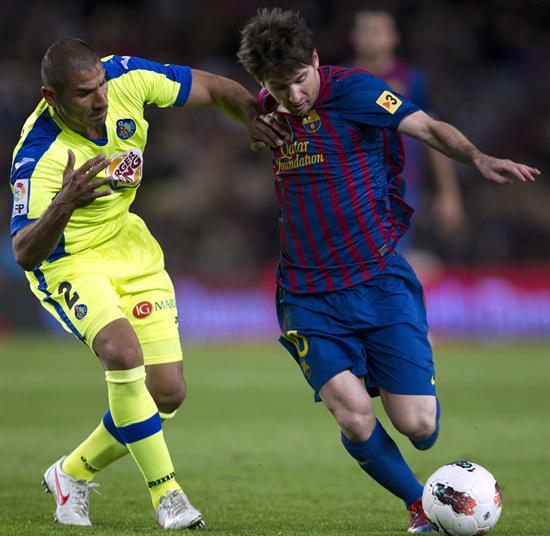 El delantero argentino del Barcelona, Lionel Messi (d) pelea un balón ante el defensa argentino del Getafe, Cata Díaz. EFE