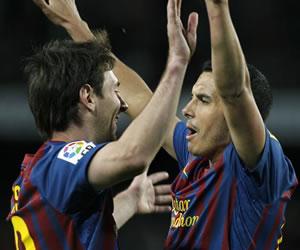 Los jugadores del FC Barcelona, Pedro Rodriguez (d) y el argentino Leo Messi, celebran el cuarto gol del equipo blaugrana. EFE