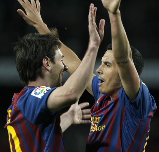 Los jugadores del F. C. Barcelona, Pedro Rodriguez (d) y el argentino Leo Messi, celebran el cuarto gol del equipo blaugrana. EFE