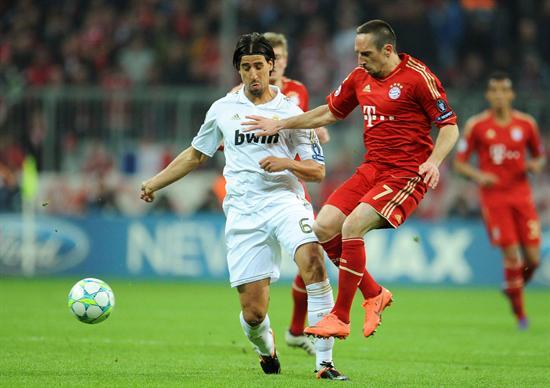 El centrocampista alemán del Real Madrid, Sami Khedira (i) lucha por el balón con el centrocampista francés Fránk Ribery (d) del Bayer de Múnich. Foto: EFE