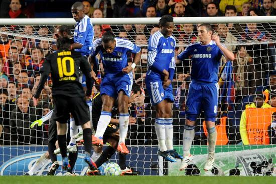 El jugador del Barcelona, Lionel Messi (i), intenta una anotación ante Chelsea. Foto: EFE