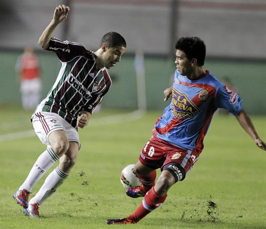 El jugador de Fluminense, Thiago Neves (i), disputa el balón con Gonzalo Espinosa (d) de Arsenal. Foto: EFE