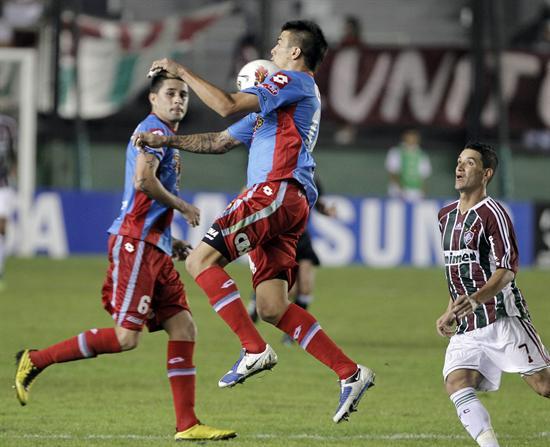El jugador de Fluminense, Thiago Neves (d), disputa el balón con Victor Cuesta (i) de Arsenal. Foto: EFE