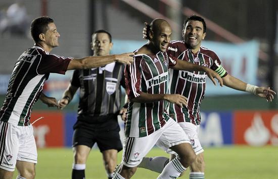 Los jugadores de Fluminense, Thiago Neves (i), Carlinhos (c) y Deco (d), celebran una anotación ante Arsenal. Foto: EFE