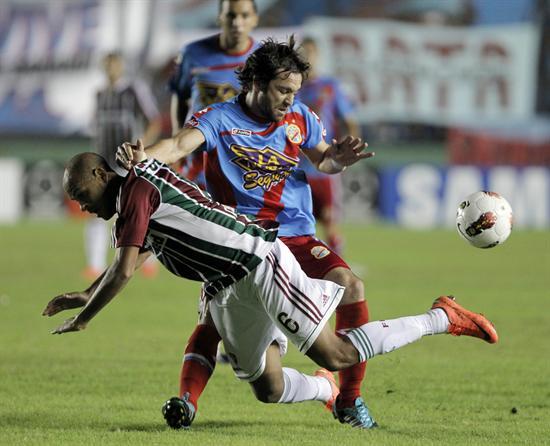 El jugador de Fluminense, Carlinhos (atrás), disputa el balón con Diego Torres (adelante) de Arsenal. Foto: EFE