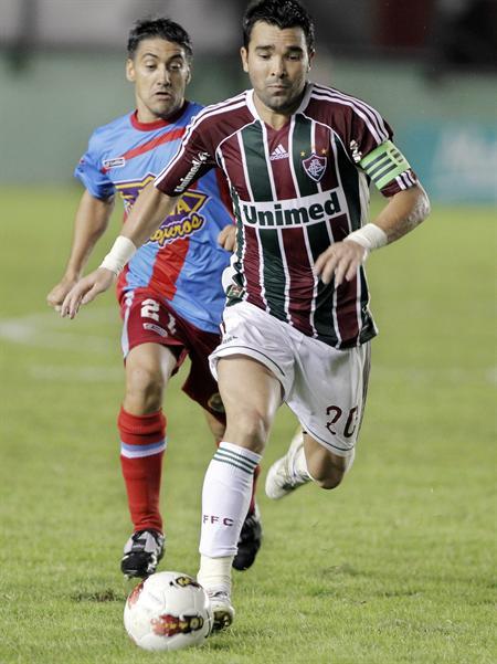 El jugador de Fluminense, Deco (d), disputa el balón con Adrián González (i) de Arsenal. Foto: EFE