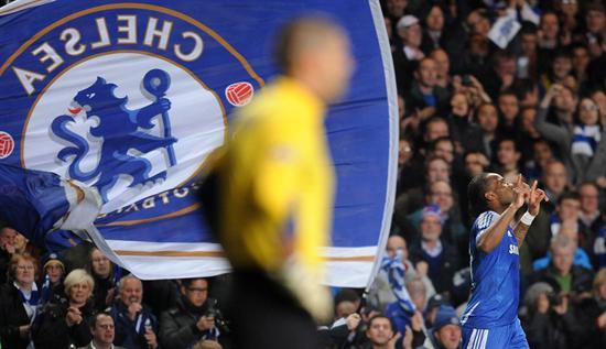 El jugador del Chelsea, Didier Drogba celebra una anotación ante el Barcelona. Foto: EFE