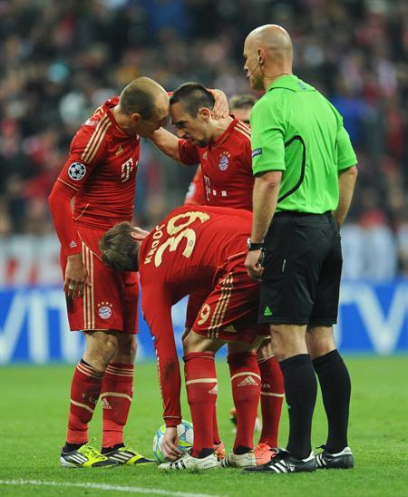 Los jugadores del Bayern Múnich Arjen Robben (i) y Franck Ribery (c) discuten sobre cómo cobrar un tiro libre contra Real Madrid. Foto: EFE