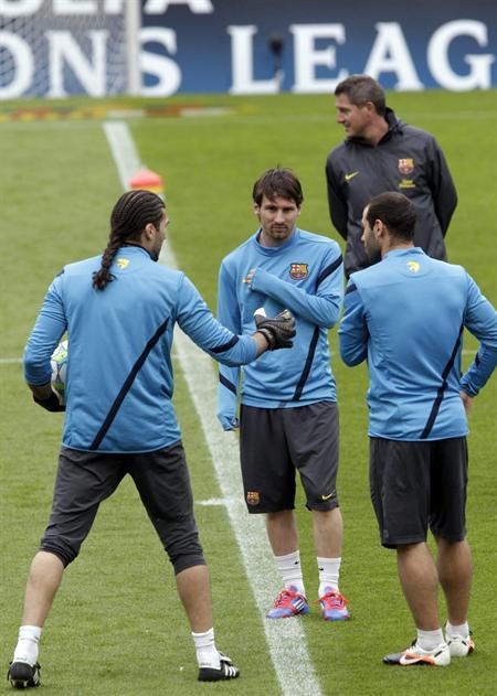 Los jugadores del FC Barcelona José Manuel Pinto (i), Leo Messi (c) y Javier Mascherano (d) durante el entrenamiento previo aa las semifinales de Liga de Campeones ante el Chelsea. Foto: EFE