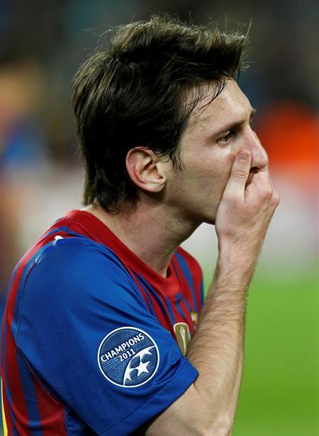El delantero argentino del FC Barcelona, Leo Messi, muestra su tristeza tras ser eliminado su equipo de la Liga de Campeones. Foto: EFE