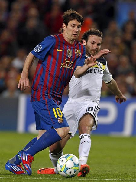 El delantero argentino del Barcelona Lionel Messi (i) lucha por un balón con el jugador del Chelsea Antonio Mata. Foto: EFE
