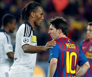 El delantero argentino del FC Barcelona, Leo Messi (d), y el costamarfileño del Chelsea, Didier Drogba