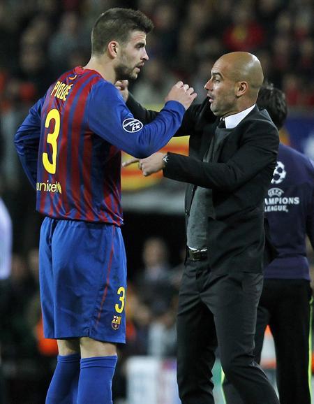 El defensa del barcelona Gerard Piqué (i) es sustituido tras lesionarse ante la presencia de su entrenador, Pep Guardiola. Foto: EFE