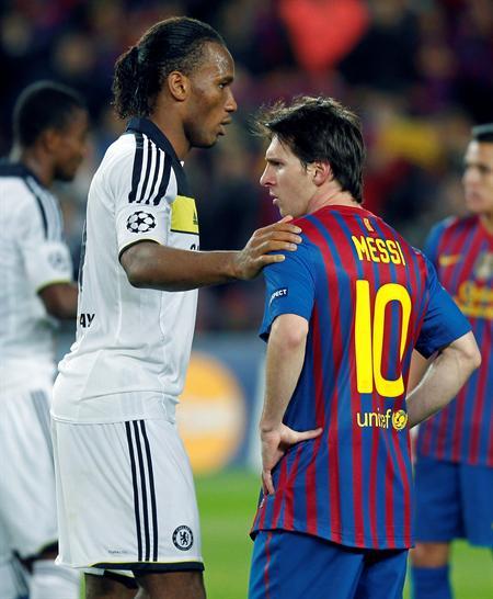 El delantero argentino del FC Barcelona, Leo Messi (d), y el costamarfileño del Chelsea, Didier Drogba. Foto: EFE