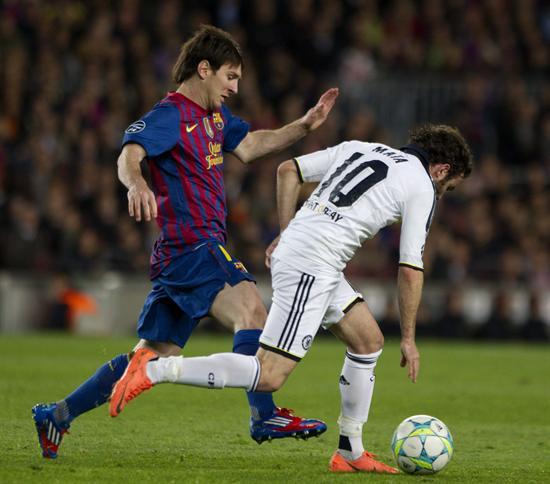El centrocampista del Chelsea Antoniop Mata (i) intenta superar al delantero argentino del Barcelona Lionel Messi. Foto: EFE