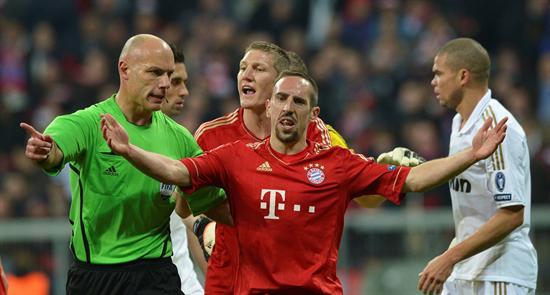 El centrocampista francés Frank Ribery (c) y el alemán Bastian Schweinsteiger (atrás) del Bayer de Múnich protestan al árbitro inglés Howard Webb (i) ante el Real Madrid. Foto: EFE