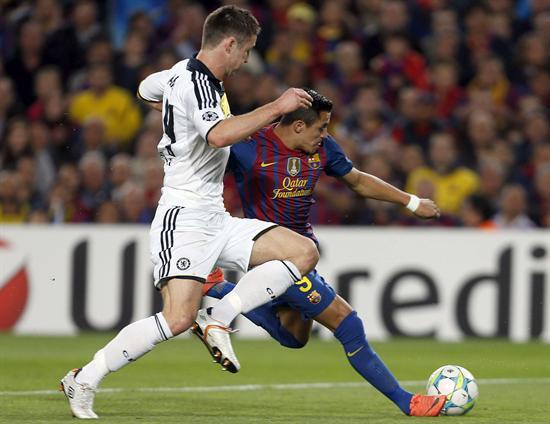 El delantero chileno del Barcelona Aléxis Sánchez intenta superar a un defensa del Chelsea. Foto: EFE