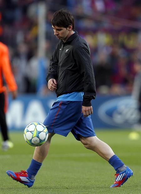 El delantero argentino del Barcelona Lionel Messi toca el balón previo al juego con el Chelsea. Foto: EFE