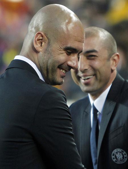 El entrenador del Barcelona, Pep Guardiola (i), saluda al técnico italiano del Chelsea, Roberto Di Matteo. Foto: EFE