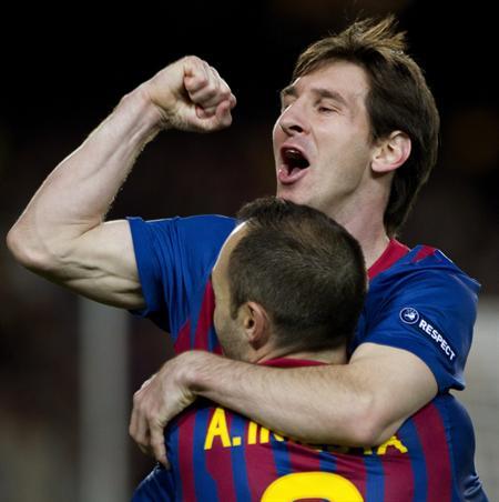 Los jugadores del Barcelona Lionel Messi (de frente) y Andrés Iniesta celebran el segundo gol que marcó el segundo al Chelsea. Foto: EFE