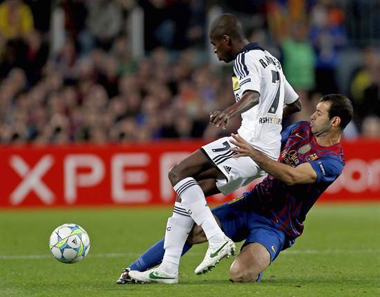 El jugador del Chelsea Ramires Santos (i) intenta superar al centrocampista argentino del Barcelona Javier Mascherano. Foto: EFE