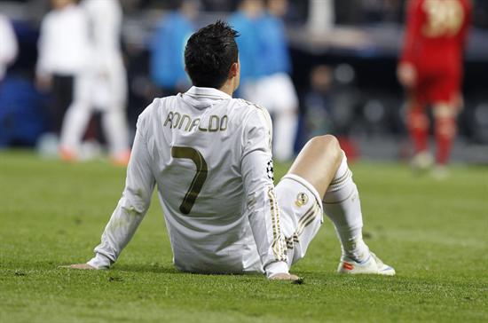 El delantero portugués del Real Madrid, Cristiano Ronaldo, descansa antes de la prórroga del partido frente al Bayern Munich. Foto: EFE