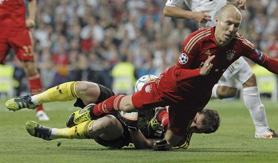 El centrocampista del Bayern de Munich, Arjen Robben, cae ante el guardameta del Real Madrid. Foto: EFE