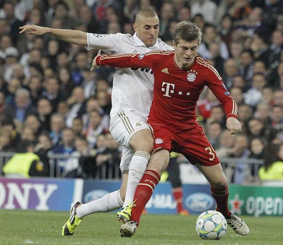 El jugador del Bayern de Munich, Toni Kroos (d), protege el balón ante el acoso del rival. Foto: EFE