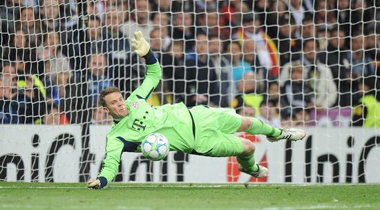 El portero del Bayern Múnich Manuel Neuer ataja un penalti al Real Madrid. Foto: EFE