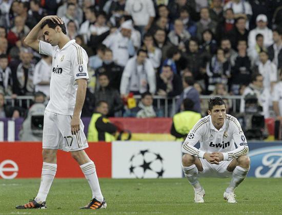 Los jugadores del Real Madrid, Álvaro Arbeloa (i) y el portugués Cristiano Ronaldo muestran su tristeza al ser eliminados de la Liga de Campeones por el Bayern de Munich. Foto: EFE