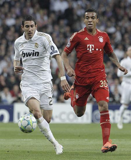 l delantero argentino del Real Madrid, Ángel Di María (i), pelea un balón con el brasileño Luiz Gustavo, del Bayern de Munich. Foto: EFE
