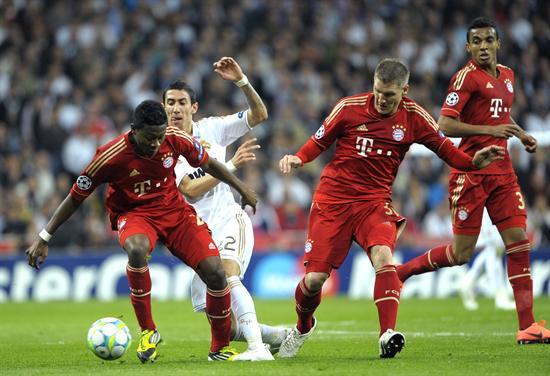 El centrocampista argentino del Real Madrid, Andel di Maria (2i) pelea un balón con el centrocampista del Bayern de Munich Bastian. Foto: EFE