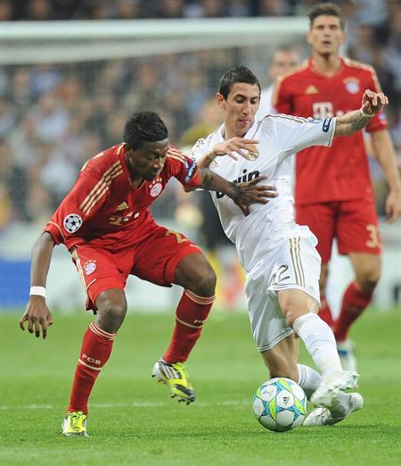 El jugador austriaco del Bayern de Múnich, David Alaba (izda), pelea por el control del balón con el centrocampista argentino del Real Madrid, Angel Di Maria. Foto: EFE