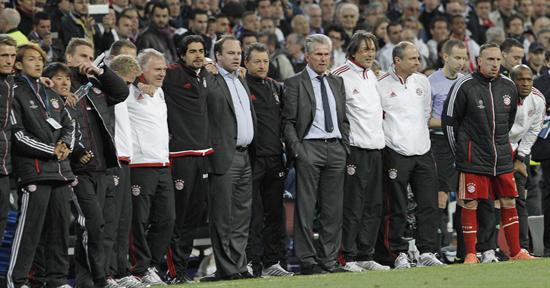ugadores reservas y cuerpo técnico del Bayern de Munich, durante la tanda de penaltis. Foto: EFE