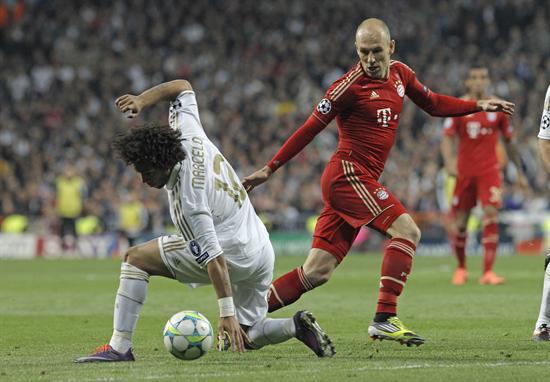 El centrocampista holandés del Bayern de Munich, Arjen Robben (d), lucha el balón con el brasileño Marcelo Vieira, del Madrid. Foto: EFE