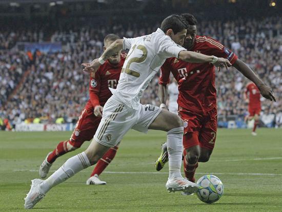 El delantero argentino del Real Madrid, Angel Di María (c), intenta regatear al defensa del Bayern de Munich, David Alaba. Foto: EFE