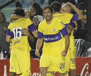 Boca resistió y venció a Colón para volver a ser único líder