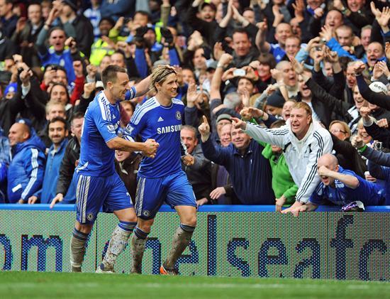 El delantero español del Chelsea, Fernando Torres, celebra con su compañerop John Terry (izda) el cuarto gol de su equipo ante el Queens Park Rangers. Foto: EFE