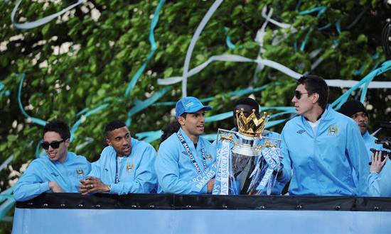 Sergio Agüero (centro), posa con el trofeo de campeones de la Premier League a su llegada al Ayuntamiento de Manchester. Foto: EFE
