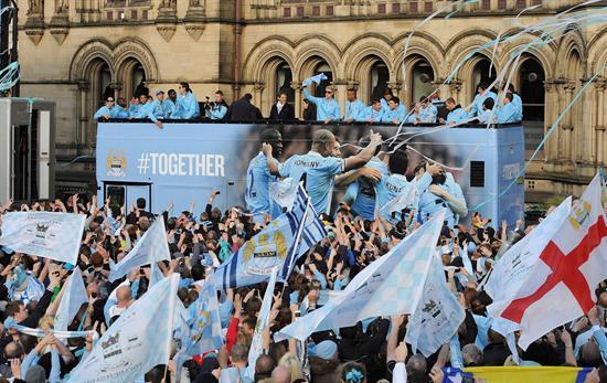 Los jugadores del Manchester City llegan al Ayuntamiento de Manchester, Reino Unido. Foto: EFE